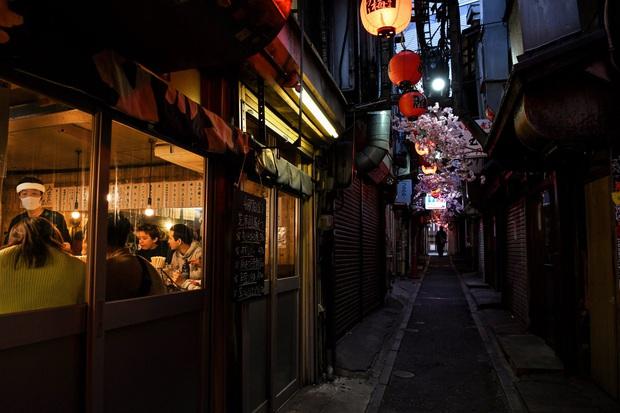 Nghịch lý Nhật Bản: Vì sao giữa tình trạng khẩn cấp vì dịch Covid-19 mà người dân vẫn không từ bỏ rượu bia, quán bar tối nào cũng kín chỗ? - Ảnh 1.