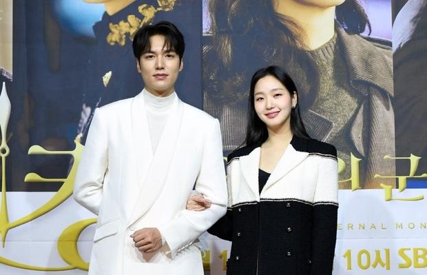 Cặp với Bệ hạ Lee Min Ho, gu của Kim Go Eun ngoài đời lại khác một trời một vực: Có cả ông chú Gong Yoo sexy nhất Kbiz? - Ảnh 2.