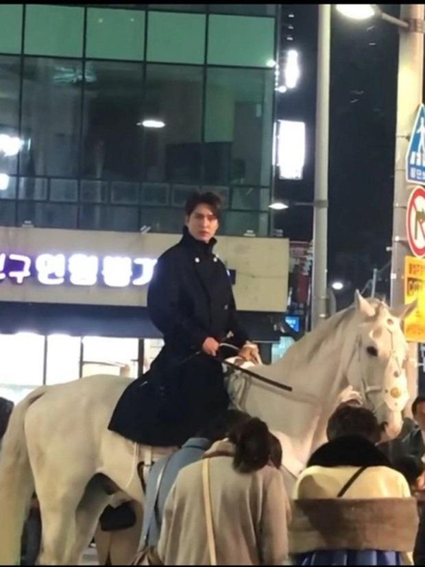 Quân vương Lee Min Ho ở hậu trường gây nổ Dispatch: Cưỡi ngựa náo loạn khu phố ở Busan, ảnh chụp vội hé lộ nhan sắc thật - Ảnh 4.