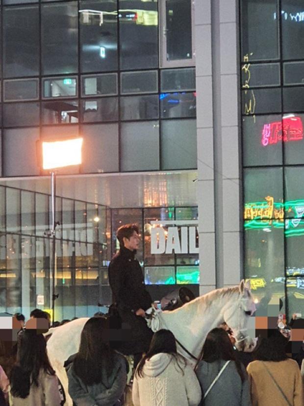 Quân vương Lee Min Ho ở hậu trường gây nổ Dispatch: Cưỡi ngựa náo loạn khu phố ở Busan, ảnh chụp vội hé lộ nhan sắc thật - Ảnh 3.