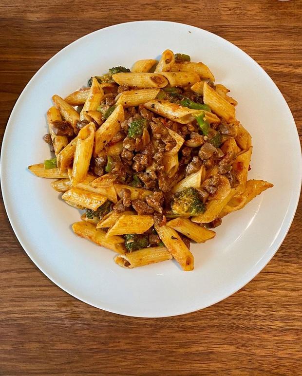 Lần đầu được thấy Song Hye Kyo nấu cơm nhà mùa dịch: Món Tây, món Hàn như nhà hàng, bạn bè khen hết lời vì cách bày trí - Ảnh 4.