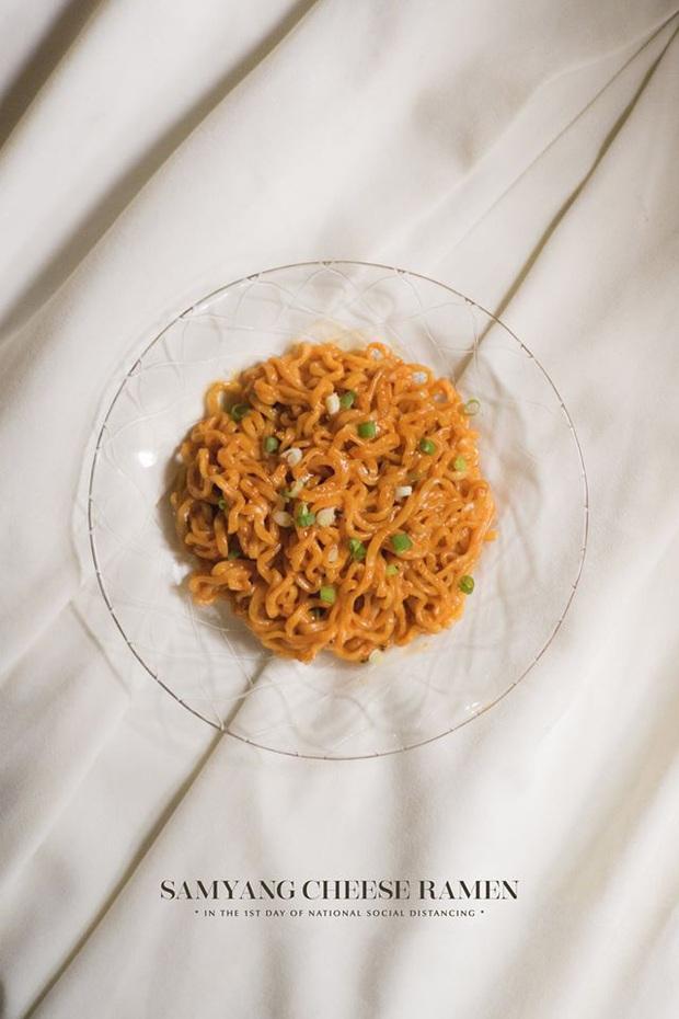 Nhân dịp ở nhà rảnh rỗi, chàng trai Hà Nội khiến mọi người trầm trồ vì bộ ảnh chụp đồ ăn như nhà hàng nhưng thực ra chỉ là mì gói bình thường - Ảnh 3.