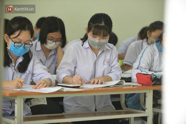 Học sinh Thanh Hóa trở lại trường: Thầy cô vào từng lớp đo thân nhiệt, nhắc nhở học trò đeo khẩu trang - Ảnh 6.