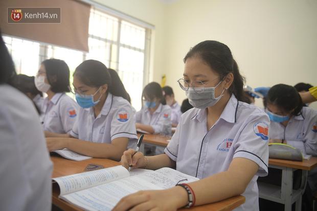 Học sinh Thanh Hóa trở lại trường: Thầy cô vào từng lớp đo thân nhiệt, nhắc nhở học trò đeo khẩu trang - Ảnh 4.