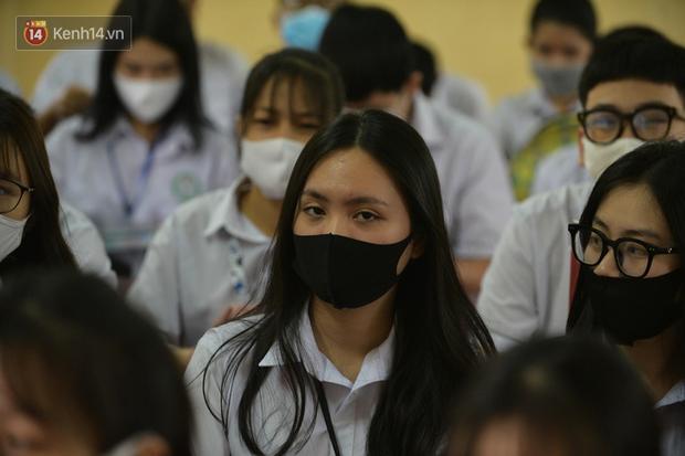 Học sinh Thanh Hóa trở lại trường: Thầy cô vào từng lớp đo thân nhiệt, nhắc nhở học trò đeo khẩu trang - Ảnh 5.