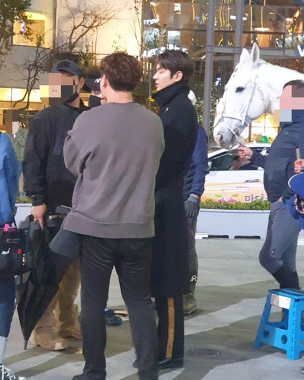 Quân vương Lee Min Ho ở hậu trường gây nổ Dispatch: Cưỡi ngựa náo loạn khu phố ở Busan, ảnh chụp vội hé lộ nhan sắc thật - Ảnh 6.