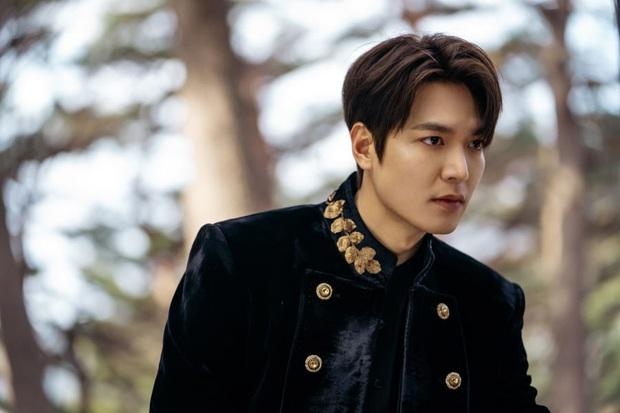 Quân vương Lee Min Ho ở hậu trường gây nổ Dispatch: Cưỡi ngựa náo loạn khu phố ở Busan, ảnh chụp vội hé lộ nhan sắc thật - Ảnh 9.