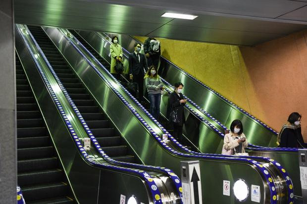 Nghịch lý Nhật Bản: Vì sao giữa tình trạng khẩn cấp vì dịch Covid-19 mà người dân vẫn không từ bỏ rượu bia, quán bar tối nào cũng kín chỗ? - Ảnh 2.