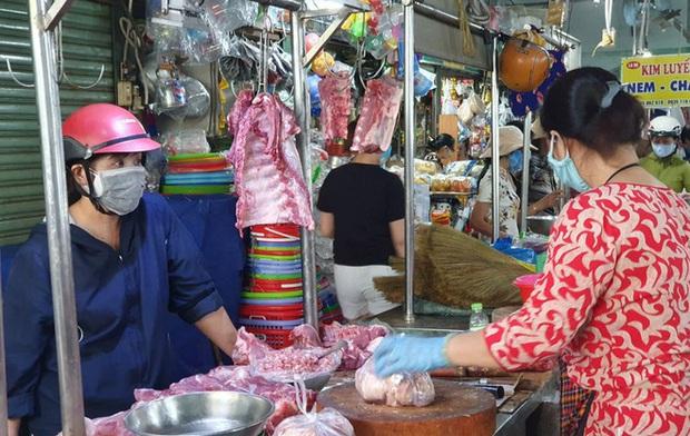 TP HCM xử phạt, từ chối cho vào chợ người không đeo khẩu trang - Ảnh 1.