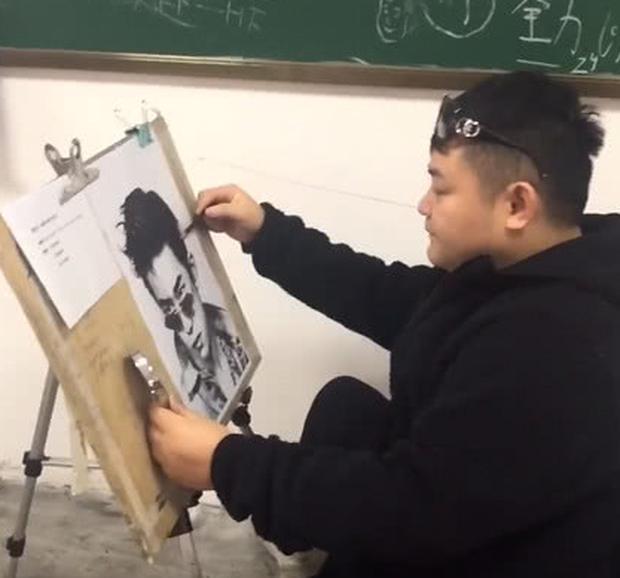 Được yêu cầu tự họa chân dung, sinh viên đạt điểm tối đa vì vẽ mình như nam thần, nhưng sự thật phía sau lại cực đắng - Ảnh 3.