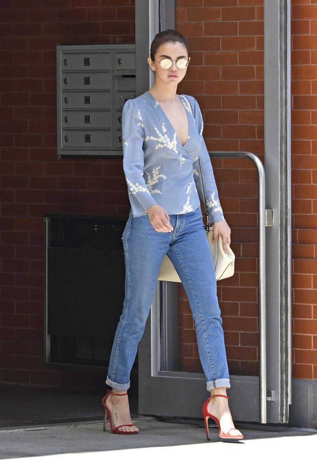 11 bộ cánh giản đơn mà đẹp thần sầu của Selena Gomez, tất thảy các chị em đều có thể đánh đu theo được - Ảnh 1.