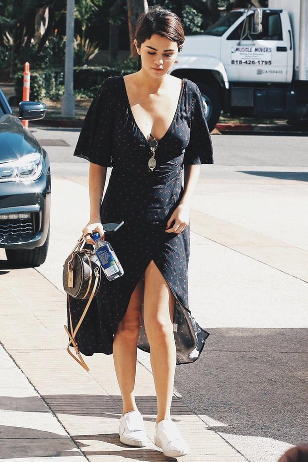 11 bộ cánh giản đơn mà đẹp thần sầu của Selena Gomez, tất thảy các chị em đều có thể đánh đu theo được - Ảnh 4.