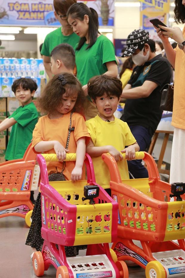 Yêu xỉu trước hình ảnh bé Sol (nhà Đoan Trang) ôm chặt lấy cánh tay bé Andy (nhà Thu Trang)! - Ảnh 6.