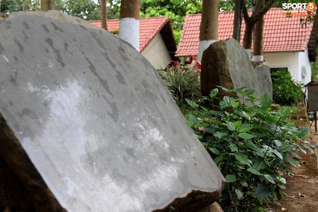 Những hòn đá cô đơn ở HAGL ngóng chờ ngày khắc ghi lứa Công Phượng, Xuân Trường, Tuấn Anh... - Ảnh 1.
