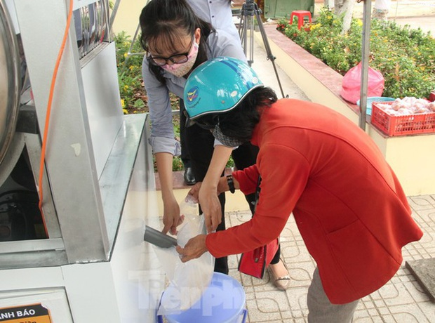 ATM gạo miễn phí ở Bình Dương: Ai nhận đều phát, ăn hết lại đến lấy - Ảnh 2.