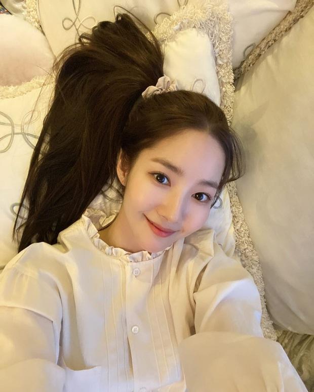 Dạo này Park Min Young rất chịu khó hồi teen với dây buộc tóc vải hot hit, nàng tuổi băm rén gì mà không bắt chước - Ảnh 2.