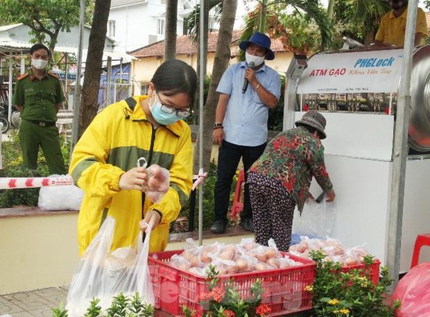 ATM gạo miễn phí ở Bình Dương: Ai nhận đều phát, ăn hết lại đến lấy - Ảnh 3.