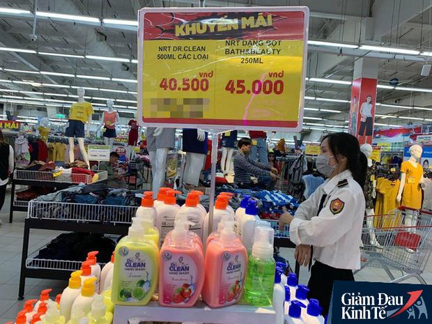 Hết thời chen lấn, khẩu trang và nước rửa tay giảm giá chất đầy kệ - Ảnh 4.