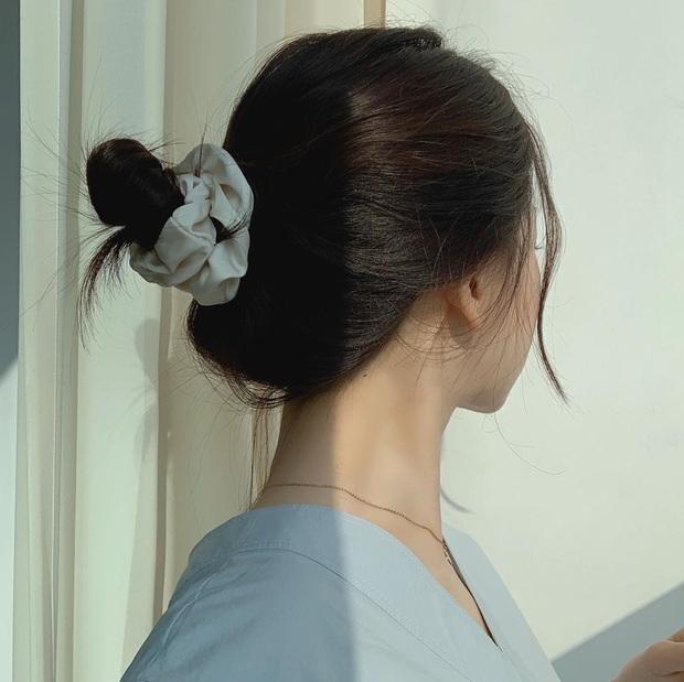 Dạo này Park Min Young rất chịu khó hồi teen với dây buộc tóc vải hot hit, nàng tuổi băm rén gì mà không bắt chước - Ảnh 4.