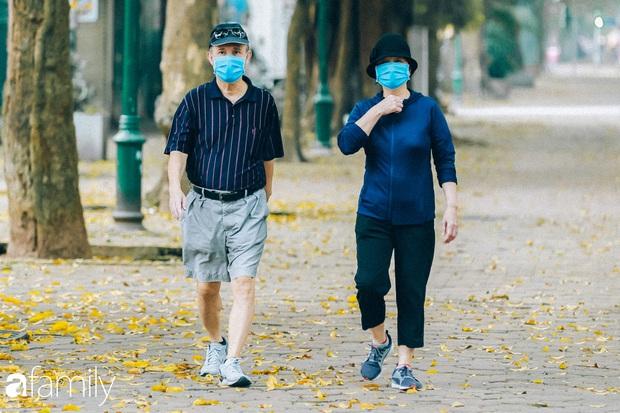 Cuối tháng 4, con phố lãng mạn nhất Hà Nội đón mùa sấu thay lá vàng rực khắp con đường - Ảnh 3.