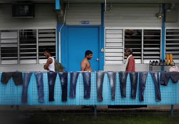 Cuộc sống bên trong ổ dịch Covid-19 lớn nhất Singapore: Hàng ngàn dân nhập cư sống chen chúc, chỉ cần 1 người nhiễm là quá đủ - Ảnh 5.