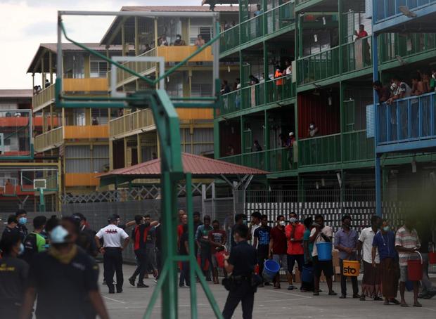 Cuộc sống bên trong ổ dịch Covid-19 lớn nhất Singapore: Hàng ngàn dân nhập cư sống chen chúc, chỉ cần 1 người nhiễm là quá đủ - Ảnh 7.