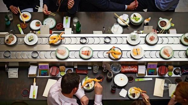 """Quá thèm món sushi băng chuyền nhưng đang phải cách ly, chàng trai quyết định tự tạo một """"nhà hàng mini"""" tại gia chỉ bằng cách đơn giản này - Ảnh 2."""