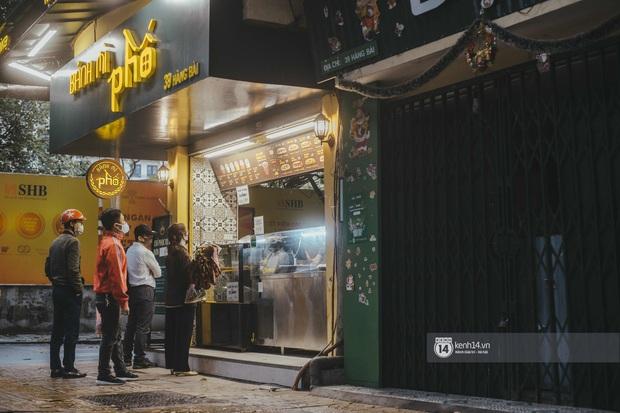 Phở đã bán, xôi đã mở, người Hà Nội mong lắm bữa quà sáng nóng hổi sau chuỗi ngày cách ly - Ảnh 14.