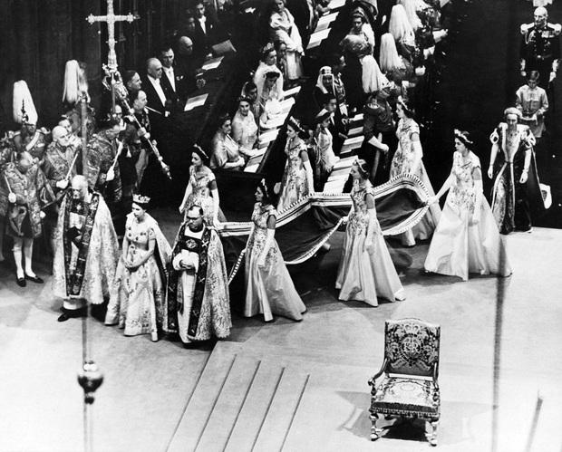 Cuộc đời Nữ hoàng Elizabeth II qua ảnh: Vị nữ vương ngồi trên ngai vàng lâu nhất trong lịch sử các vương triều của nước Anh - Ảnh 8.