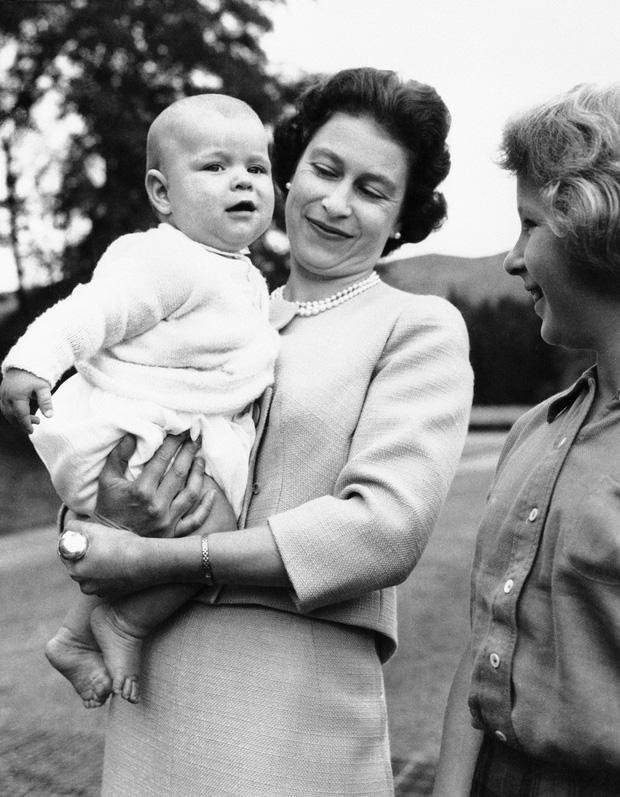 Cuộc đời Nữ hoàng Elizabeth II qua ảnh: Vị nữ vương ngồi trên ngai vàng lâu nhất trong lịch sử các vương triều của nước Anh - Ảnh 10.