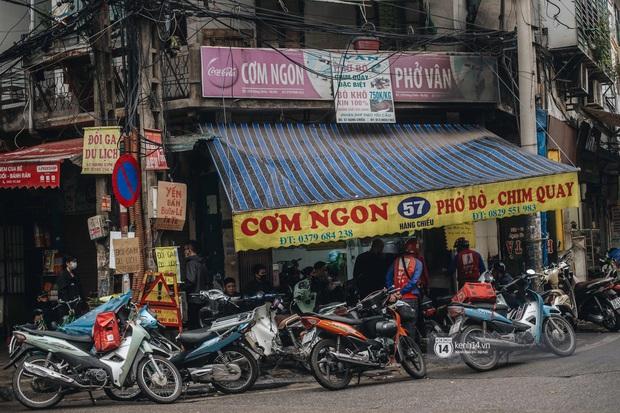 Phở đã bán, xôi đã mở, người Hà Nội mong lắm bữa quà sáng nóng hổi sau chuỗi ngày cách ly - Ảnh 2.