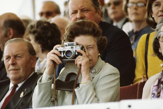 Cuộc đời Nữ hoàng Elizabeth II qua ảnh: Vị nữ vương ngồi trên ngai vàng lâu nhất trong lịch sử các vương triều của nước Anh - Ảnh 17.