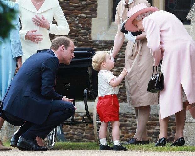 Cuộc đời Nữ hoàng Elizabeth II qua ảnh: Vị nữ vương ngồi trên ngai vàng lâu nhất trong lịch sử các vương triều của nước Anh - Ảnh 24.