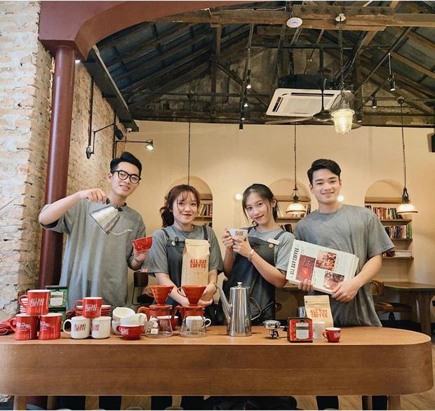 Hàng quán ăn uống Hà Nội - Sài Gòn sáng ngày đầu tiên nới lỏng giãn cách xã hội: Ít nơi mở cửa, còn lại vẫn im lìm hoặc chỉ bán online - Ảnh 3.