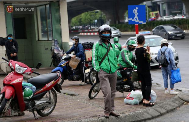 Tài xế xe ôm, taxi trong ngày đầu nới lỏng giãn cách xã hội tại Hà Nội: Hào hứng đi làm lại nhưng chờ từ sáng đến trưa chẳng có khách nào - Ảnh 9.