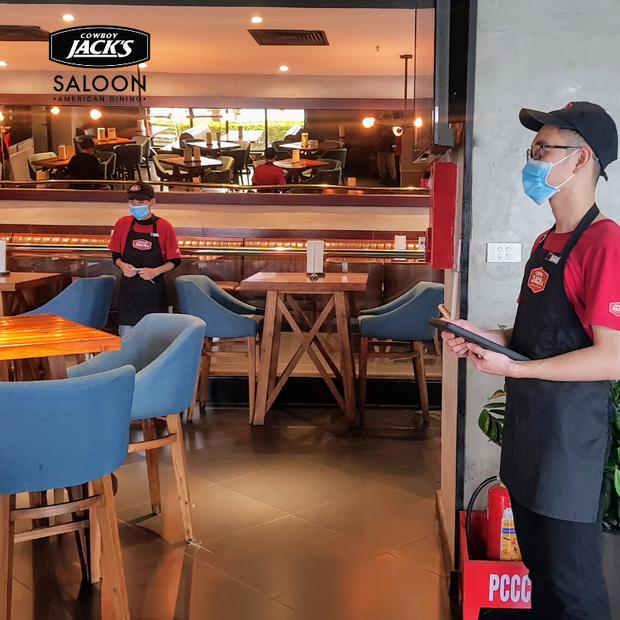 Hàng quán ăn uống Hà Nội - Sài Gòn sáng ngày đầu tiên nới lỏng giãn cách xã hội: Ít nơi mở cửa, còn lại vẫn im lìm hoặc chỉ bán online - Ảnh 16.