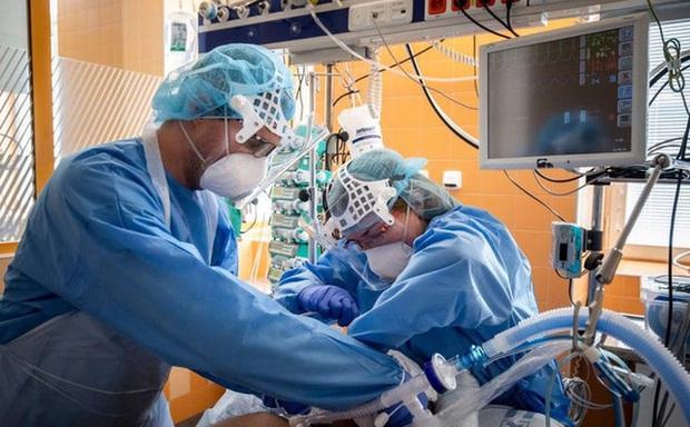 Đau thương trong phòng ICU ở Anh: Y tá rút ống thở, nắm tay an ủi cho đến khi bệnh nhân trút hơi thở cuối cùng - Ảnh 1.