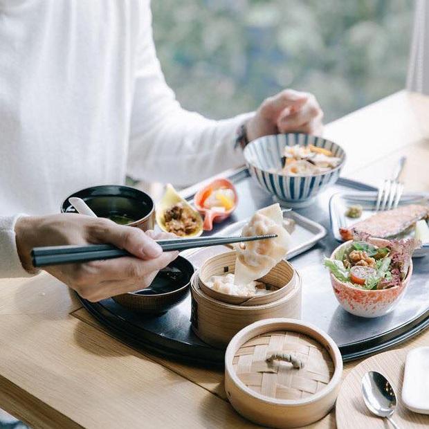 Hàng quán ăn uống Hà Nội - Sài Gòn sáng ngày đầu tiên nới lỏng giãn cách xã hội: Ít nơi mở cửa, còn lại vẫn im lìm hoặc chỉ bán online - Ảnh 33.