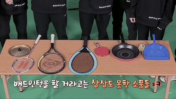 Kỷ niệm tập 100 của show thực tế riêng, BTS chơi đánh cầu bằng chảo và tạo một loạt meme khiến fan cười ngất - Ảnh 2.