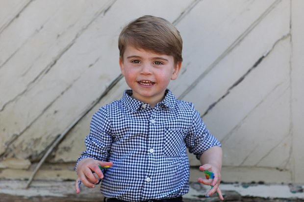 Hôm nay Hoàng tử Louis tròn 2 tuổi, Công nương Kate thực hiện bộ ảnh đặc biệt chưa từng thấy dành cho con trai út khiến người hâm mộ thích thú - Ảnh 2.