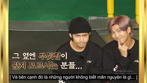 Kỷ niệm tập 100 của show thực tế riêng, BTS chơi đánh cầu bằng chảo và tạo một loạt meme khiến fan cười ngất - Ảnh 11.