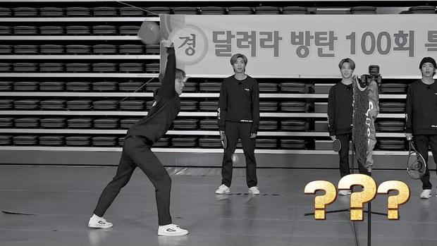 Kỷ niệm tập 100 của show thực tế riêng, BTS chơi đánh cầu bằng chảo và tạo một loạt meme khiến fan cười ngất - Ảnh 4.