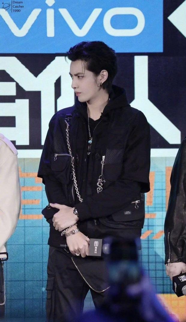 Bài bản đến phát sợ như Kbiz: Netizen phát hiện các idol nhà SM đều được đào tạo chung một lò tuyệt chiêu tạo dáng sang chảnh - Ảnh 4.