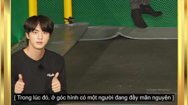Kỷ niệm tập 100 của show thực tế riêng, BTS chơi đánh cầu bằng chảo và tạo một loạt meme khiến fan cười ngất - Ảnh 10.