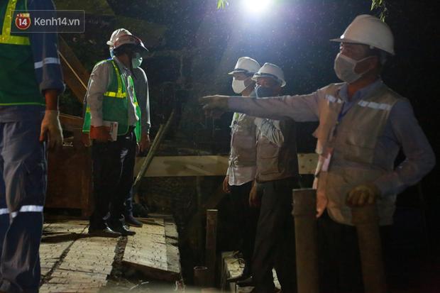 Ảnh: Công nhân trắng đêm đội mưa cứu Hồ Gươm đang bị sạt lở - Ảnh 5.