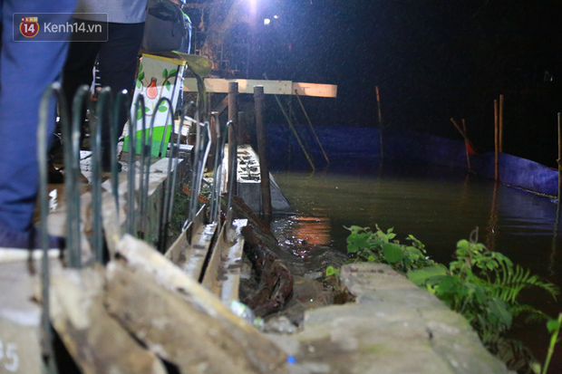 Ảnh: Công nhân trắng đêm đội mưa cứu Hồ Gươm đang bị sạt lở - Ảnh 2.