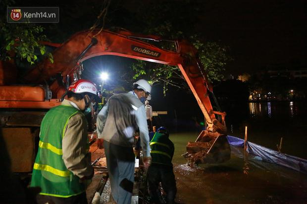 Ảnh: Công nhân trắng đêm đội mưa cứu Hồ Gươm đang bị sạt lở - Ảnh 1.