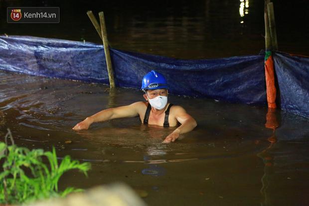 Ảnh: Công nhân trắng đêm đội mưa cứu Hồ Gươm đang bị sạt lở - Ảnh 6.