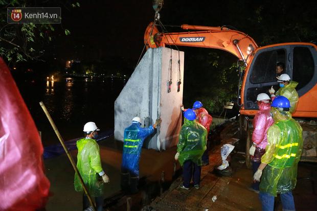 Ảnh: Công nhân trắng đêm đội mưa cứu Hồ Gươm đang bị sạt lở - Ảnh 10.