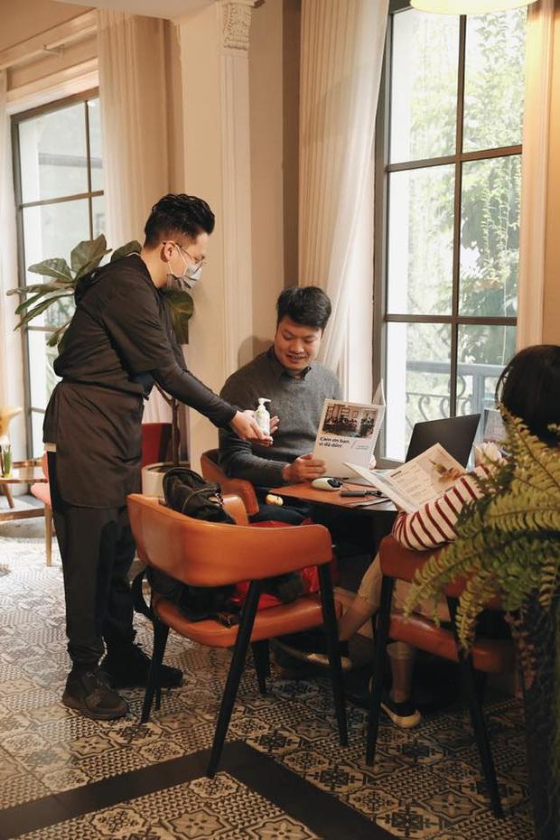 Hàng quán ăn uống Hà Nội - Sài Gòn sáng ngày đầu tiên nới lỏng giãn cách xã hội: Ít nơi mở cửa, còn lại vẫn im lìm hoặc chỉ bán online - Ảnh 7.